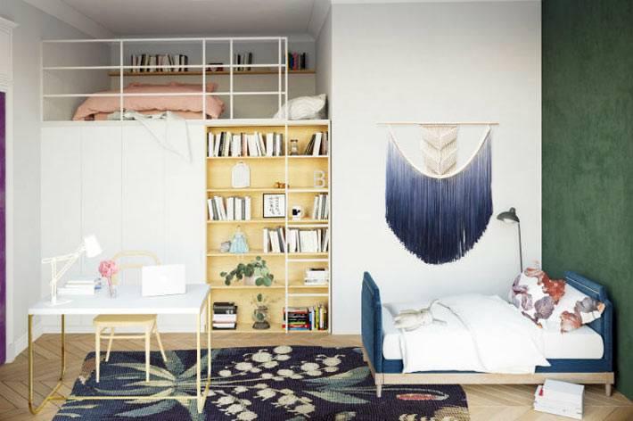 спальное место с матрасом на втором ярусе в спальне