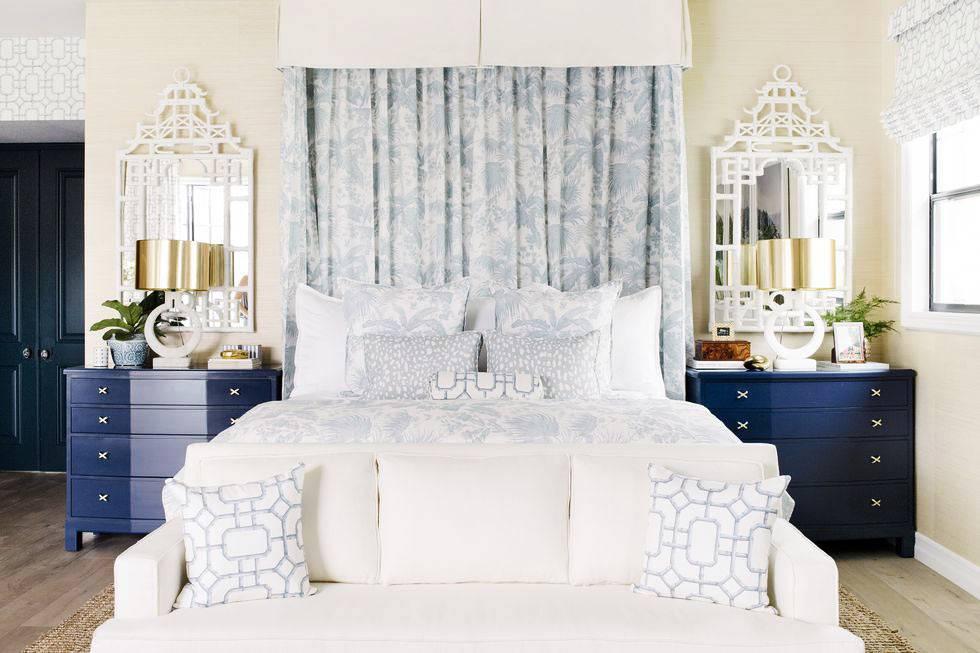 синие прикроватные комоды с зеркалами в белых резных рамах