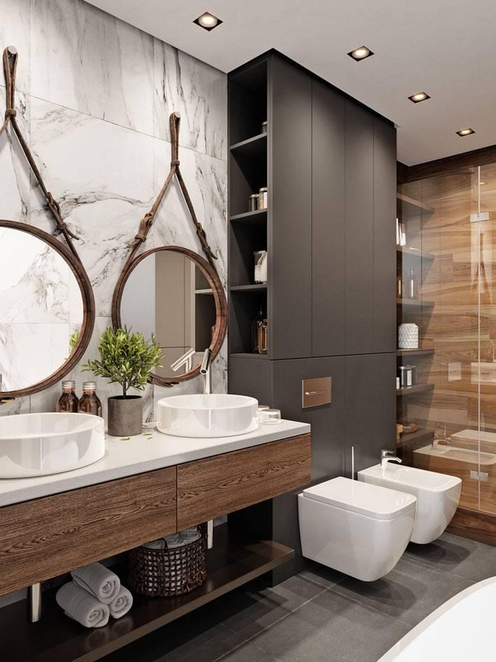 красиво оборудованная ванная комната с деревянным шкафом