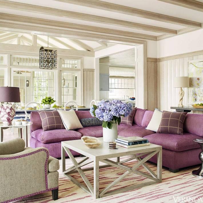 мягкий угловой диван цвета фуксии с декоративными подушками фото