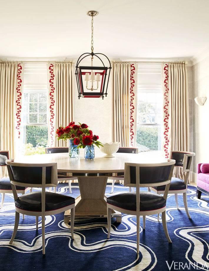 столовая комната с синим ковром в белых разводах