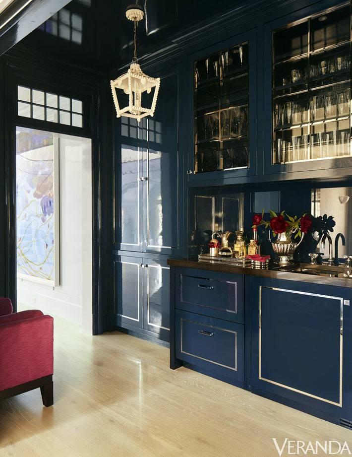 кухонный сервант темно синего цвета для бокалов и стеклянной посуды