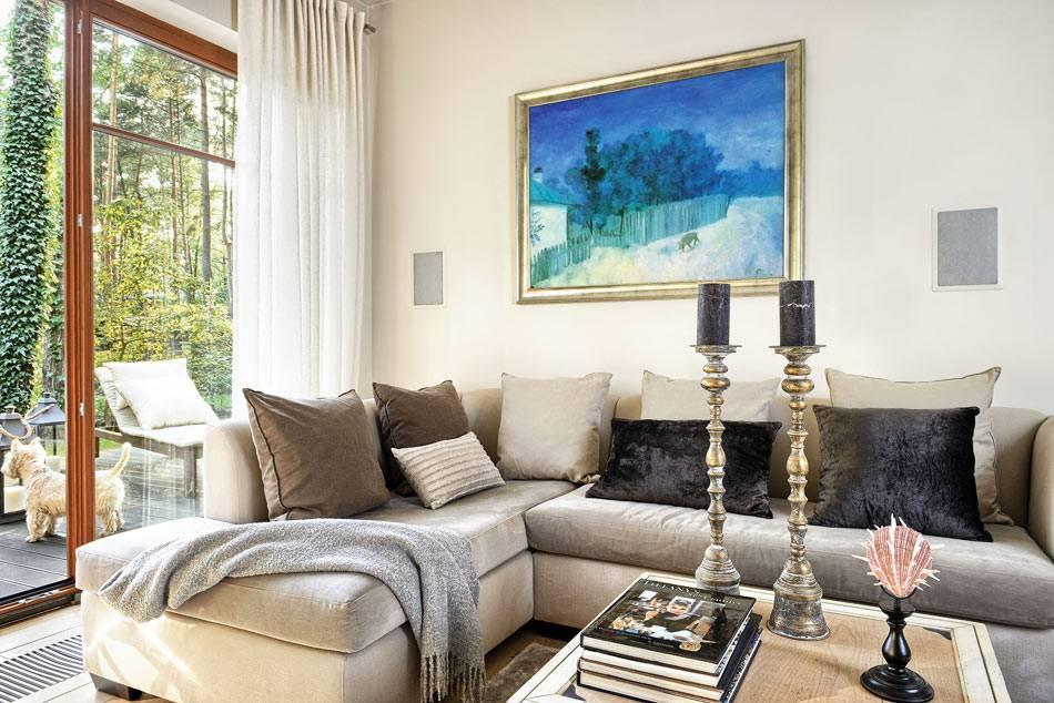 классический серый угловой диван в гармоничном интерьере гостиной