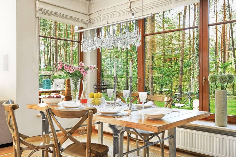 мебель из дерева для обеденной зоны с панорамными окнами фото