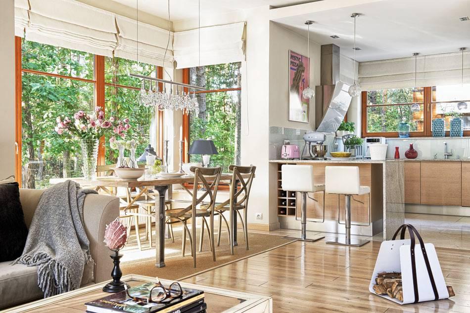 единое большое пространство для гостиной, кухни и столовой