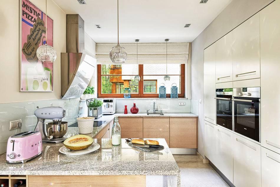 кухня в минималистичном стиле и белой мебелью фото