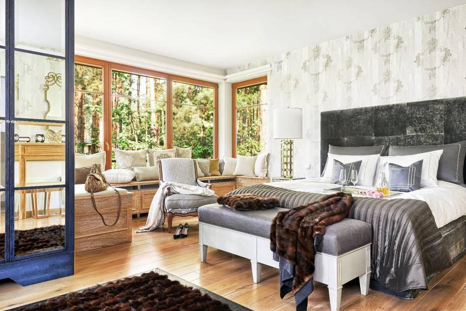 роскошная спальня с большой кроватью и уютным подоконником