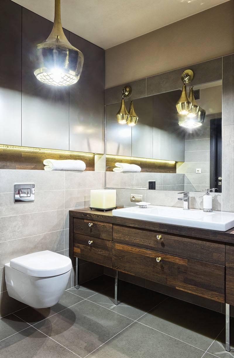 ванная в темных тонах с латунными светильниками фото