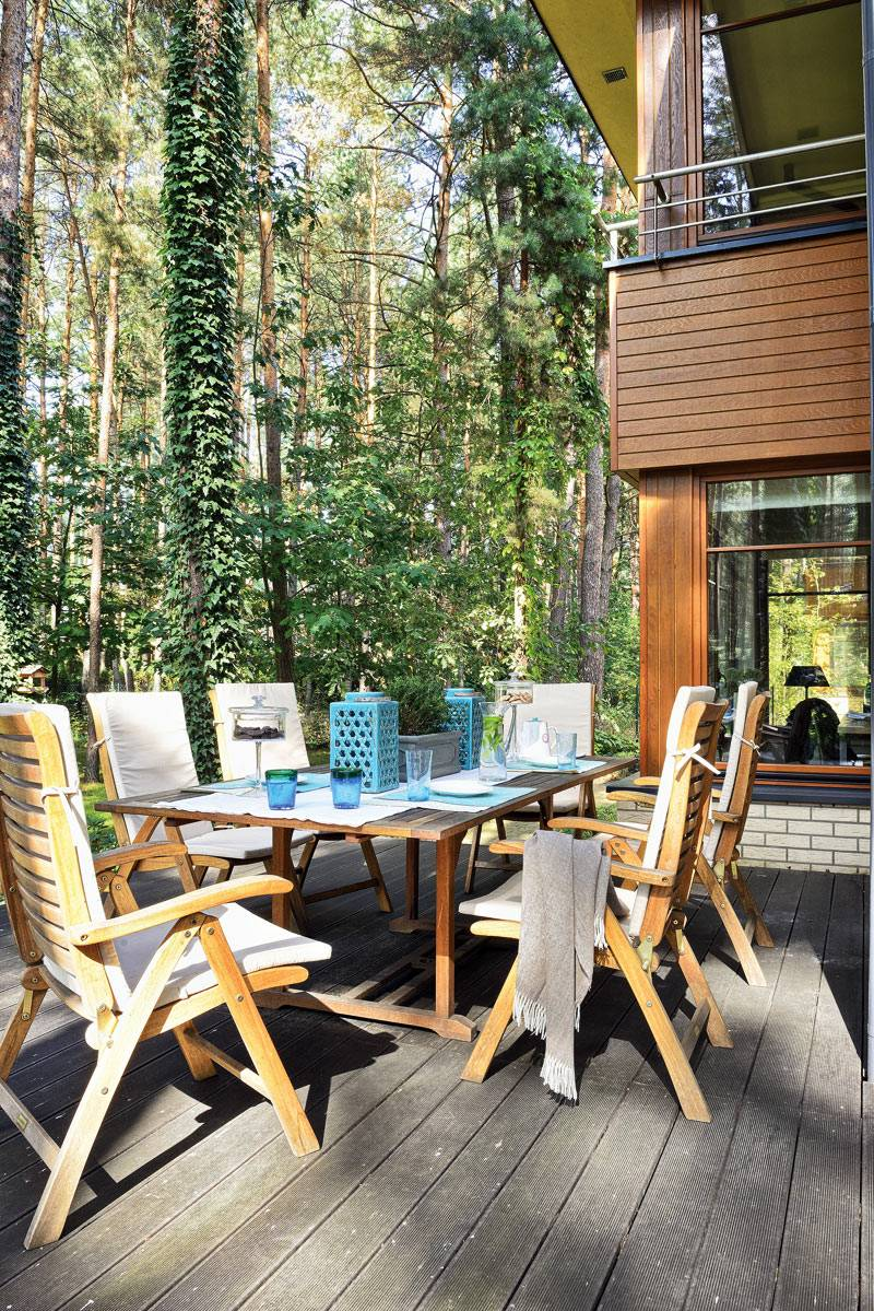 деревянная мебель для обедов на открытой террасе дома