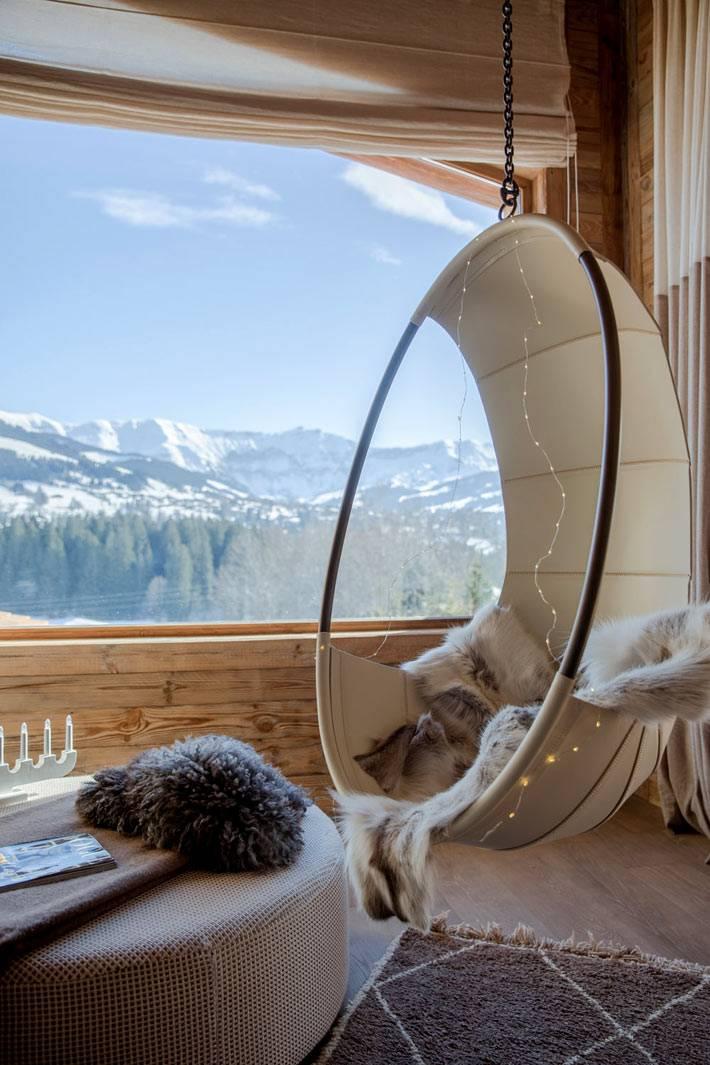 терраса с подвесным креслом с видом на зимний пейзаж