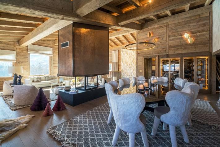 совмещение гостиной и столовой зоны в деревянном доме
