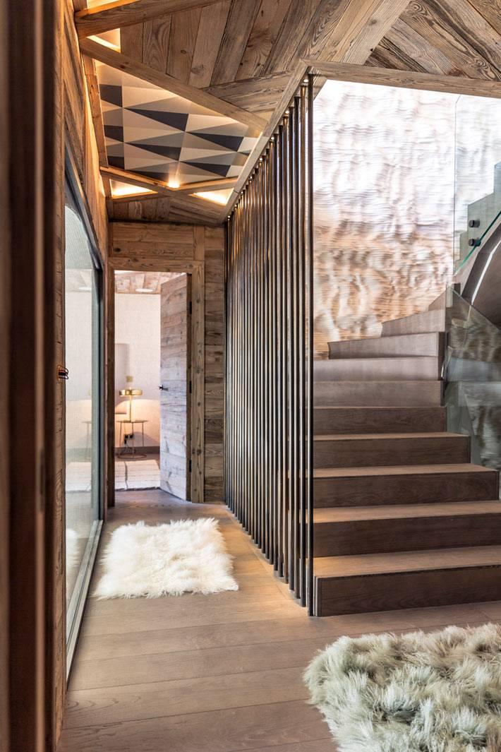 уютные пушистые коврики в коридоре с деревянными балками