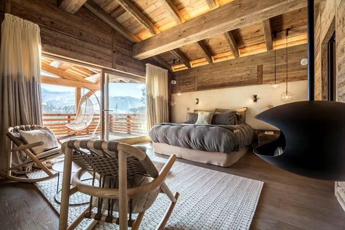 спальня со стеклянным выходом на зимнюю террасу