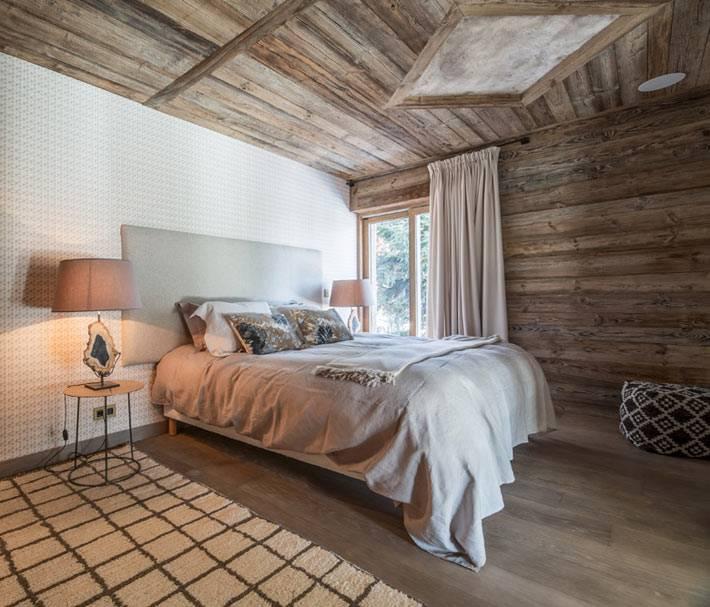 деревянный потолок в спальне для гостей фото