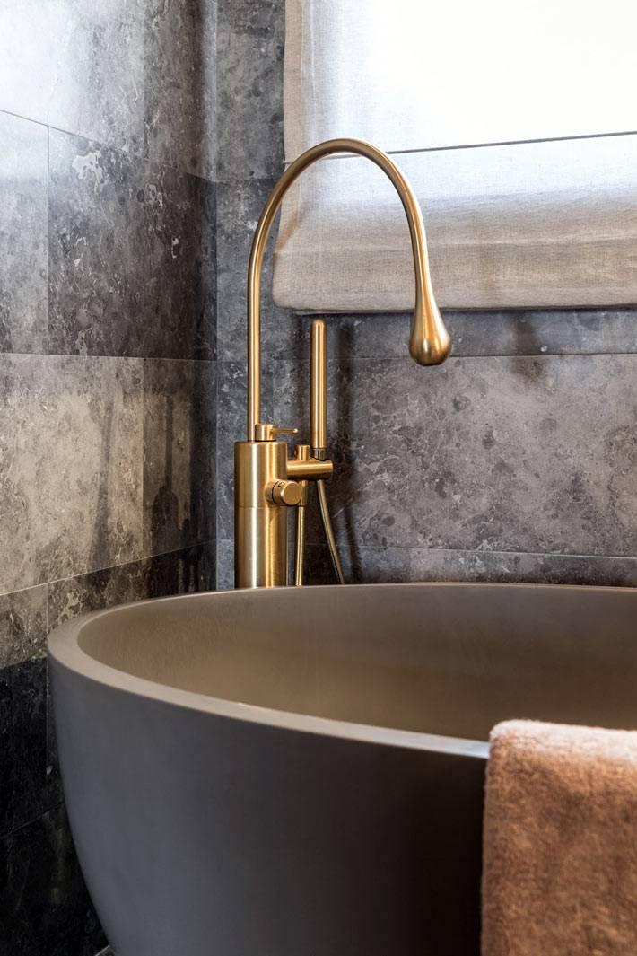 черная матовая чаша ванны и латунный кран фото