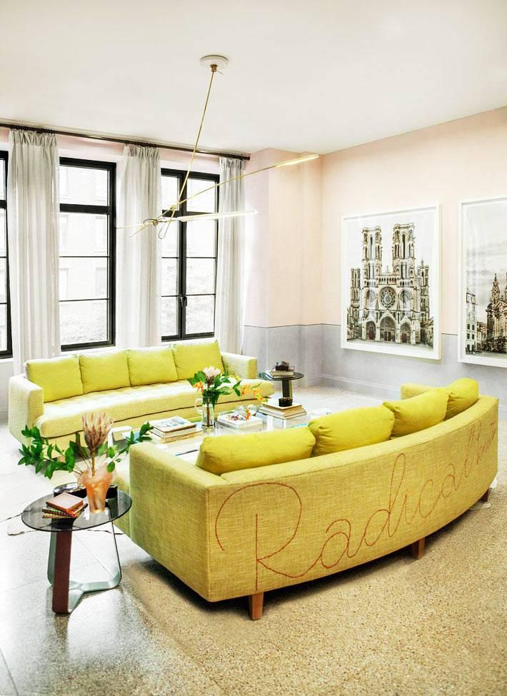 симметричная расстановка ярких диванов в интерьере гостиной комнаты