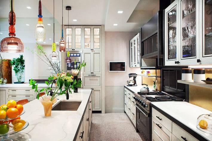 светильники из разноцветного стекла над столом в кухне фото