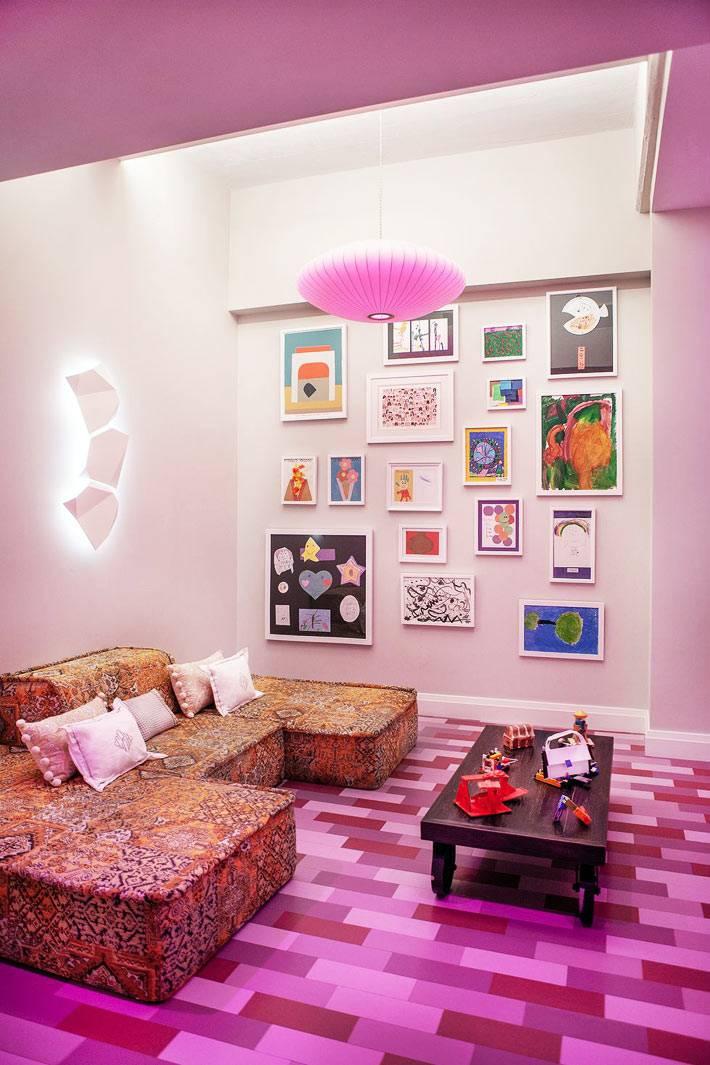 яркая фиолетовая игровая комната для детей с рисунками на стенах