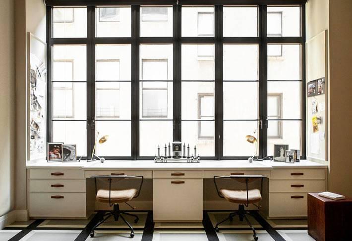 рабочий стол для двух человек возле большого окна