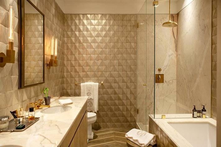 красивая облицовка стен ванной комнаты с помощью блестящих плит