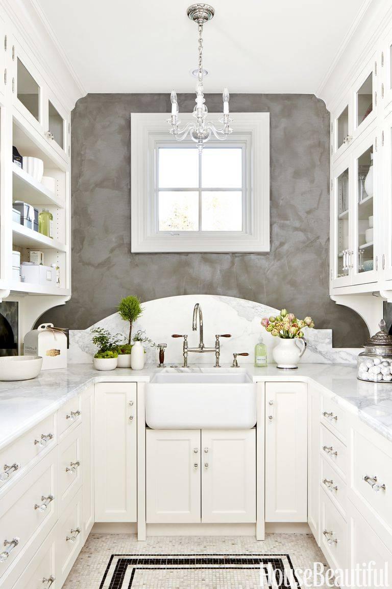 функциональная расстановка мебели на маленькой кухне с раковиной под окном