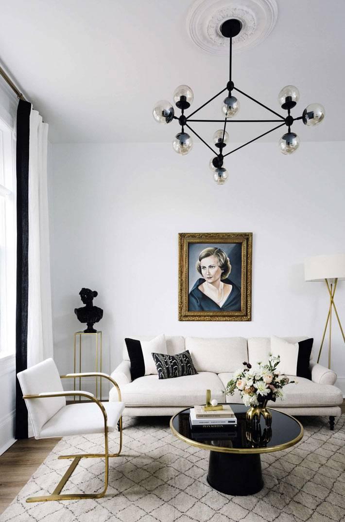 латунные детали на мебели для гостиной комнаты