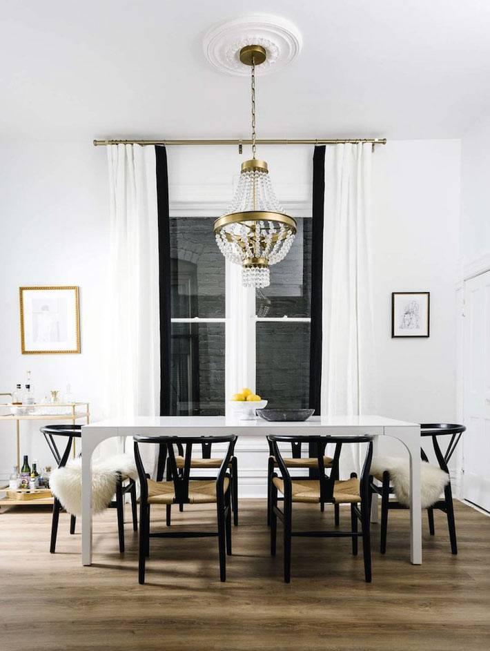 апартаменты белого цвета с черными вставками и деталями