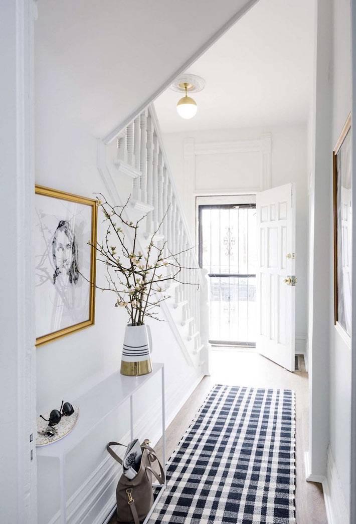 светлый белый коридор в доме с дорожкой в клеточку