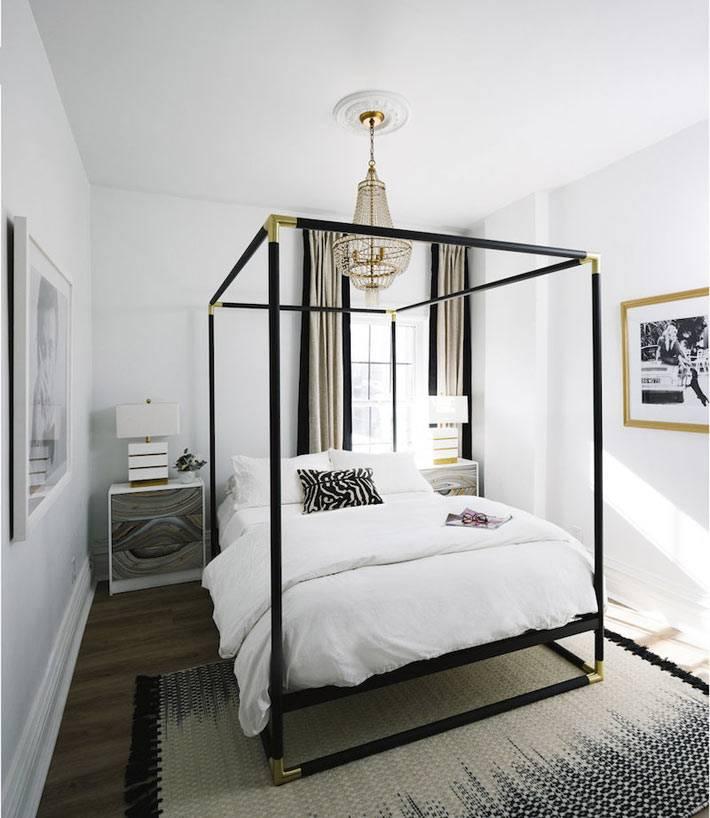 двуспальная кровать с черной рамой для балдахина в маленькой спальне