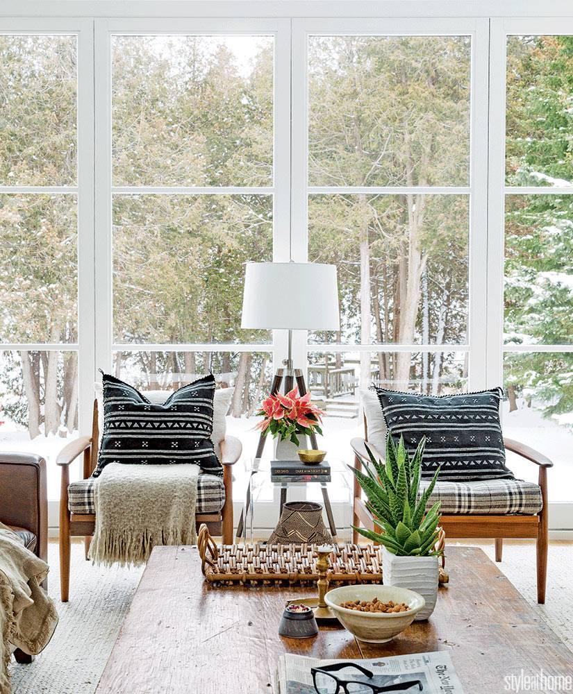 Стеклянная стена в доме с панорамным видом на лес