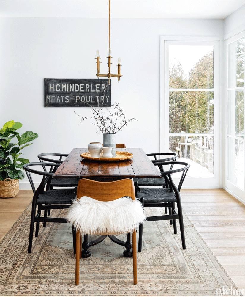 столовая зона в скандинавском стиле - дубовый стол и черные плетеные кресла