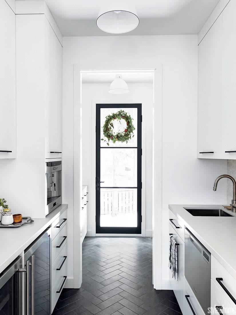 крохотная кухня с белоснежной мебелью в доме