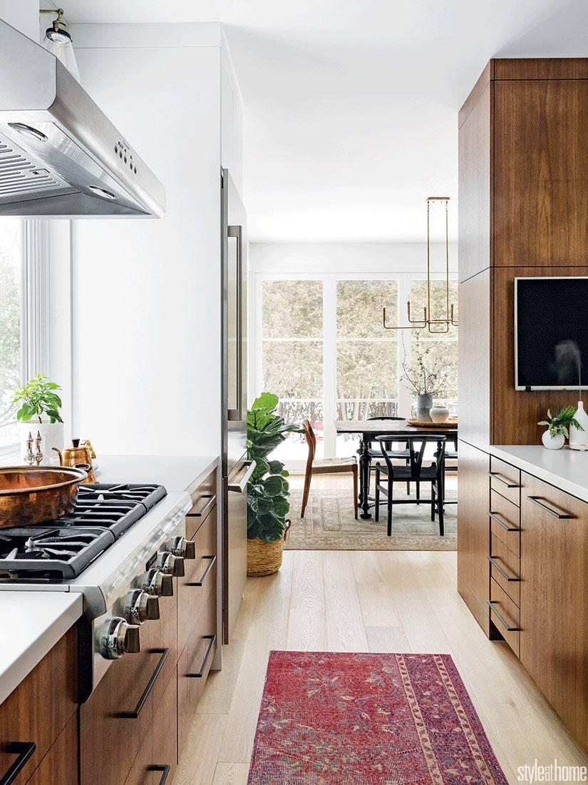 кухонная мебель цвета светлого ореха смотрится дорого и красиво
