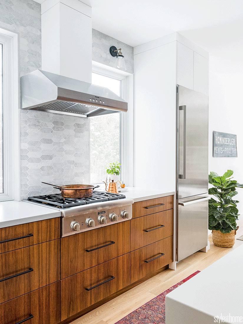 функциональная и красивая кухонная мебель орехового цвета