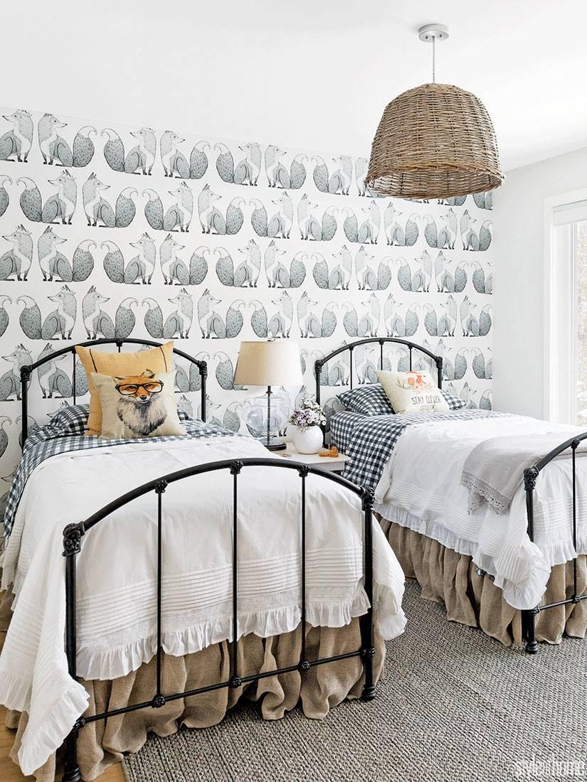 обои с лисятами на стенах интерьера красивой детской комнаты