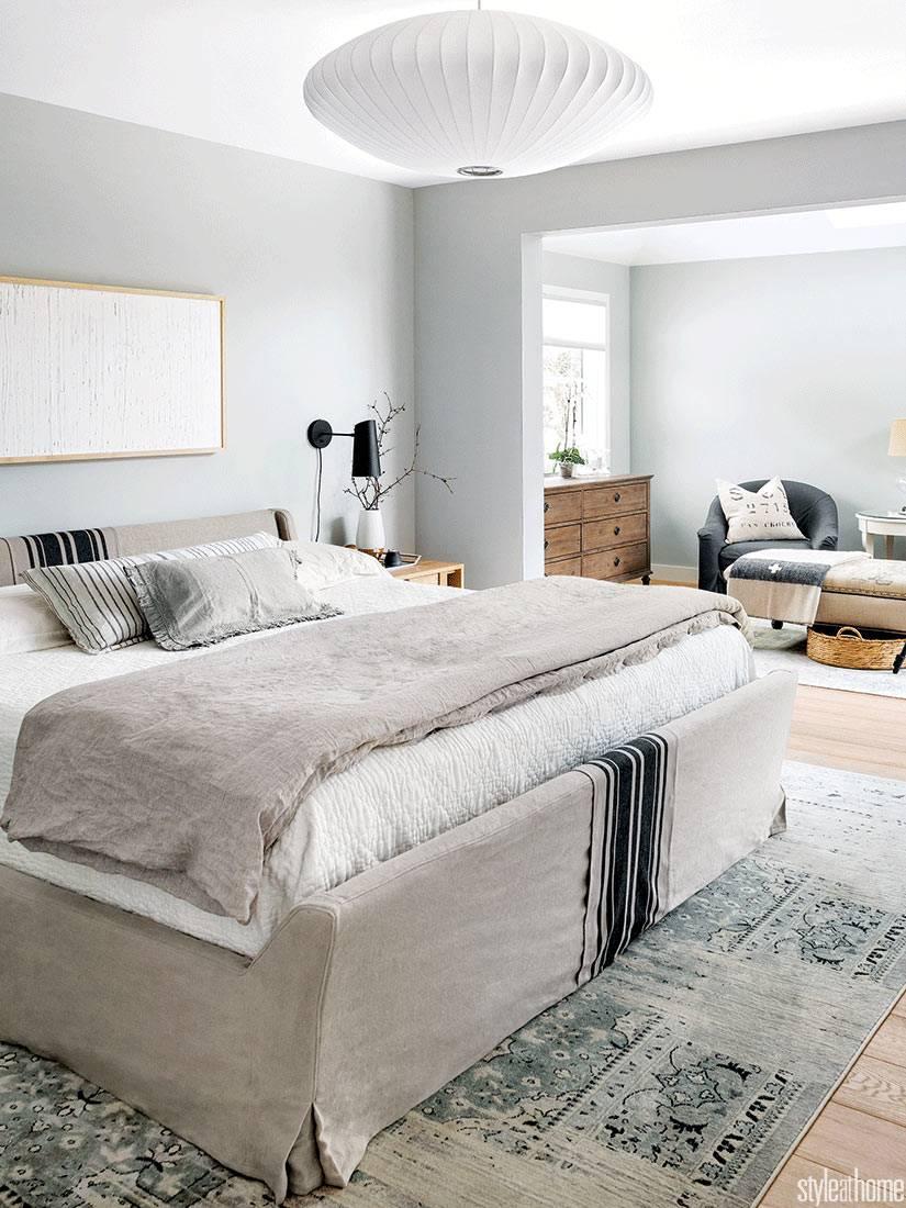 спальня большая, выполнена в стиле минимализм и светло сером цвете