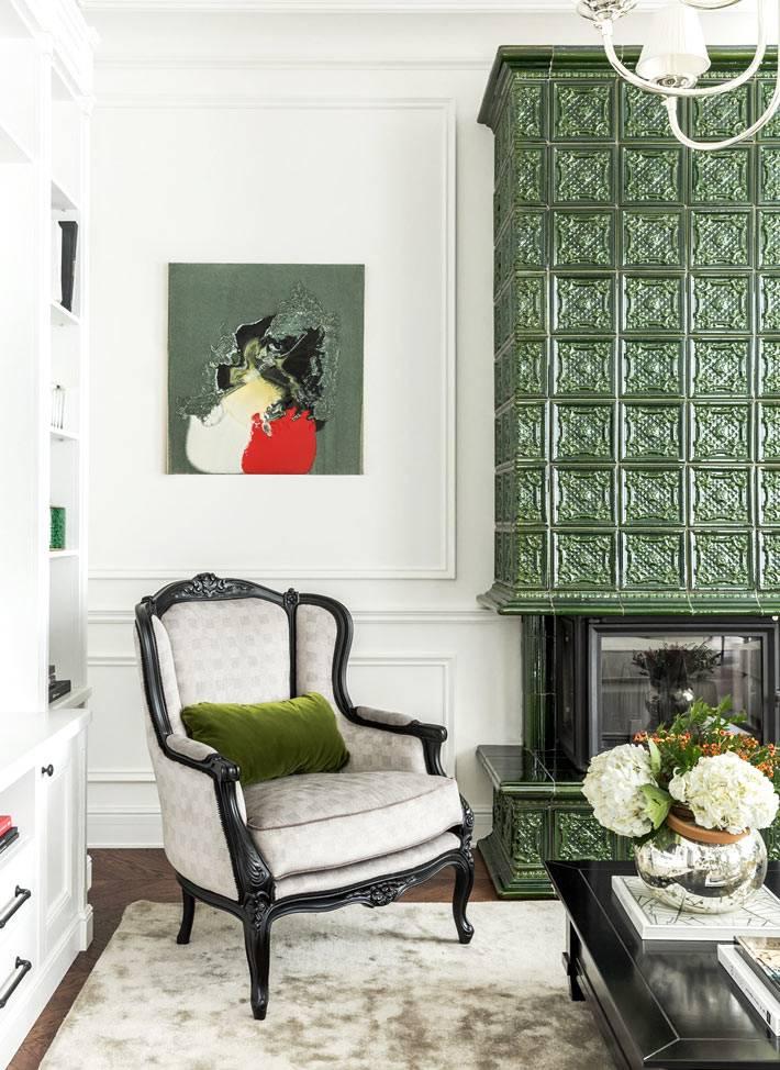 зеленые изразцы для облицовки печи в загородном доме