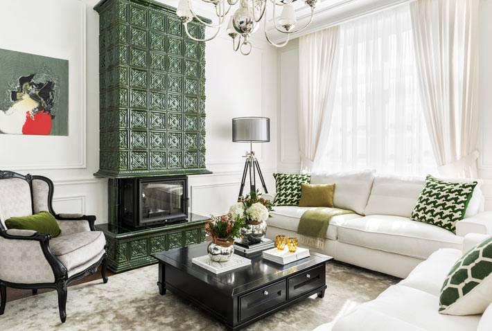 дизайн гостиной комнаты в белом цвете с зелеными акцентами