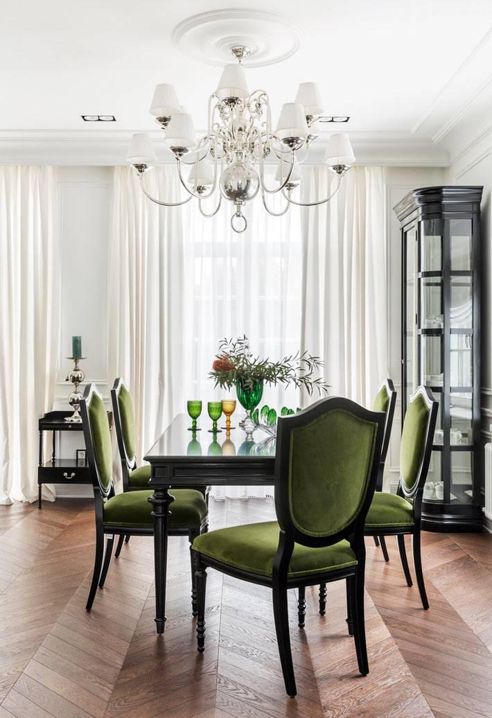 стулья, оббитые зеленым бархатом в интерьере столовой комнаты