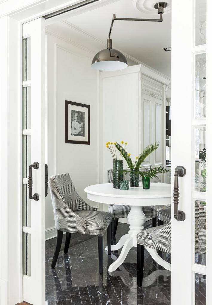 маленький столик в гостиной для чаепития фото