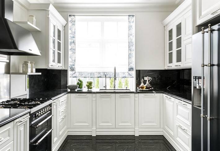 кухня белого цвета с фартуком из черного мрамора