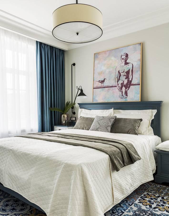 ковер с орнаментом в интерьере гостевой спальни