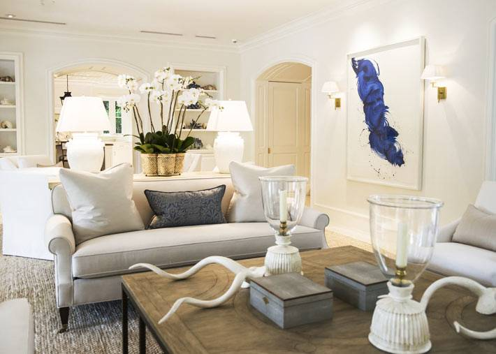картина с синим тяном стала ярким акцентом в светлой гостиной комнате