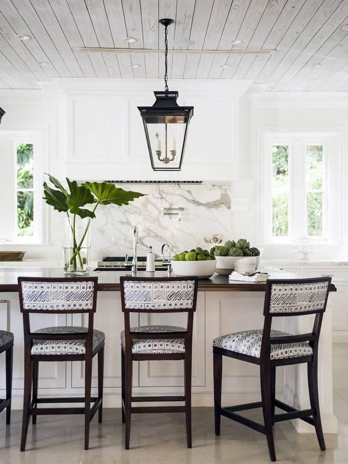 над кухонным столом висит лампа в виде уличного фонаря