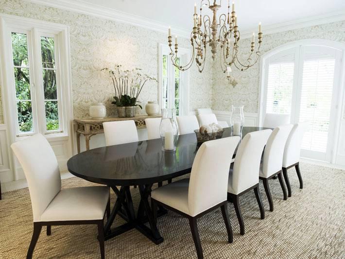 пафосное оформление столовой комнаты в белом цвете с красивой люстрой