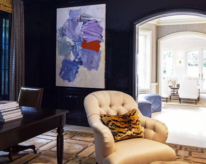 контрастная белая мягкая мебель в кабинете с темно-синими стенами