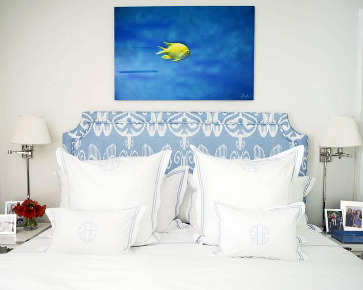 уютная маленькая спальня с белым интерьером и синей картиной