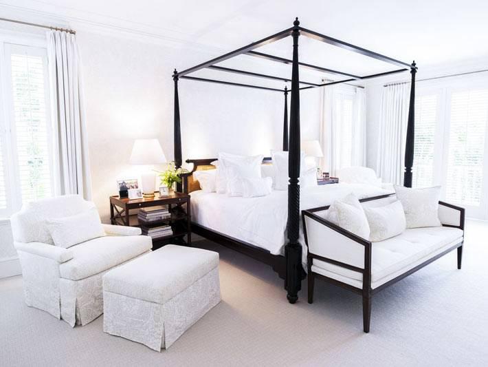 большая светлая спальня с кроватью с пологами для балдахина