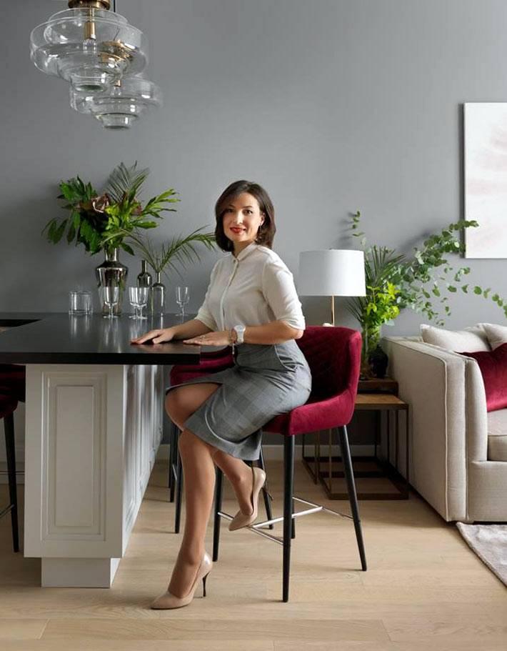 барная стойка разделяет кухонную и гостиную зоны в квартире