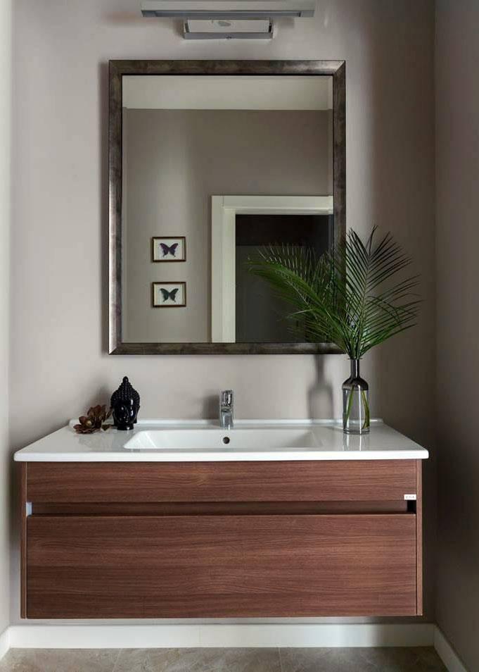 в небольшой ванной комнате установлен подвесной умывальник